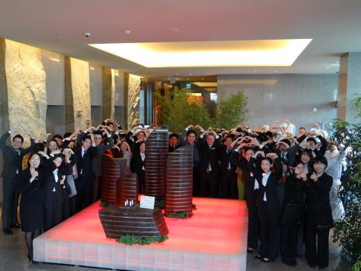 호텔 로비서 개관 4주년 기념식을 가진 임직원들. /사진제공=파크 하얏트 부산