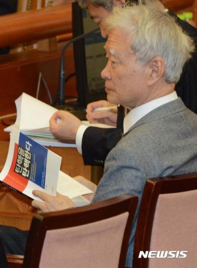 서석구 변호사가 오늘(16일) 서울 종로구 헌법재판소에서 열린 박근혜 대통령 탄핵심판 14차 변론에서 책 '탄핵을 탄핵한다'를 읽고 있다. /사진=뉴시스