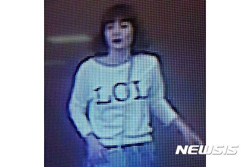 LOL 티셔츠. 말레이시아 더스타는 15일(현지 시간) 쿠알라룸푸르 공항에서 김정남을 살해한 것으로 추정되는 여성의 CCTV 영상 화면 사진을 공개했다. /사진=뉴시스(더스타 홈페이지)