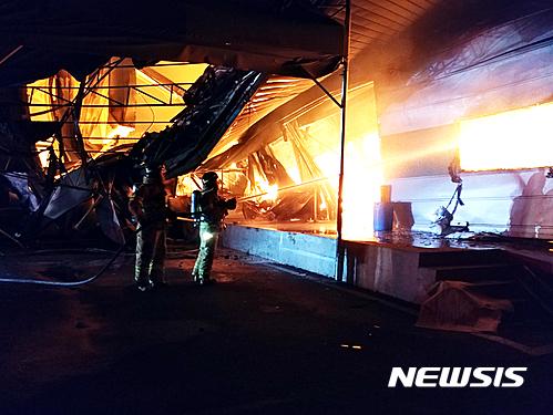 17일 오후 7시 8분께 충남 천안시 서북구 직산읍 한 플라스틱제조 관련업체 공장동에서 화재가 발생해 소방당국이 진화작업을 벌이고 있다./사진=뉴시스DB