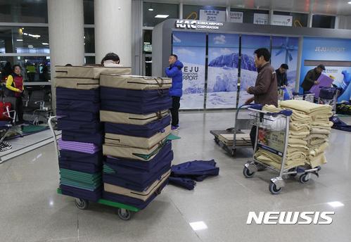 제주공항. 결항. 20일 오전 제주국제공항 2층 대합실에 체류객들에게 지급됐던 매트와 담요를 한국공항공사 직원들이 정리하고 있다. /사진=뉴시스