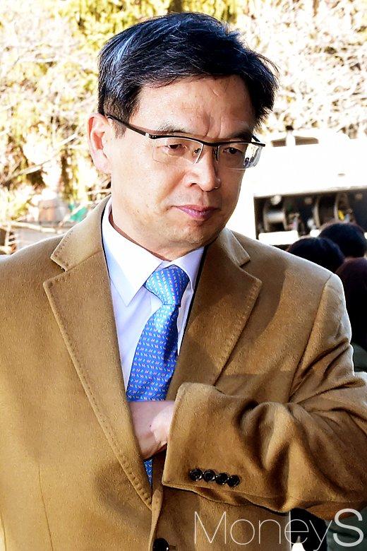 [머니S포토] 탄핵심판 최종변론 기일, 대심판정 입장하는 이중환 변호사