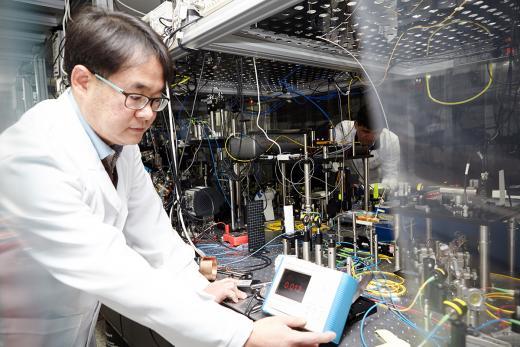SK텔레콤은 27일 스페인 바르셀로나에서 열린 '모바일 월드 콩그레스(MWC2017)'에서 노키아(Nokia)와 「양자암호통신」 사업 협력 계약을 체결했다. 사진은 SK텔레콤 퀀텀 테크 랩(Quantum Tech. Lab) 연구원들이 양자암호통신 장비를 테스트하고 있는 모습. /사진제공=SK텔레콤