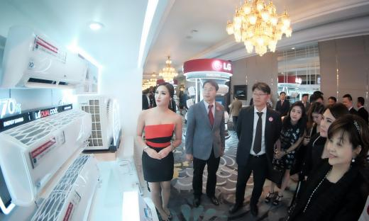 3일 LG전자가 해외시장에 출시하는 생활가전 전제품에 인버터 기술을 적용한다고 밝혔다. 사진은 지난 2일 방콕 센타라 그랜드호텔에서 열린 인버터 가전 공개 행사 모습. /사진제공=LG전자