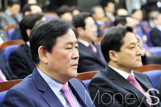 최경환 의원 검찰 출석. 사진은 최경환 자유한국당 의원(왼쪽). /사진=임한별 기자