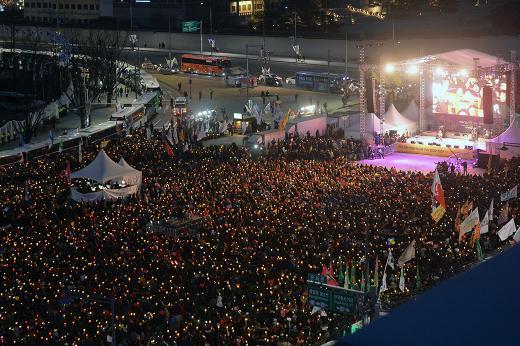 4일 광화문 광장 일대에서는 19차 촛불집회가 열렸다. /사진=뉴스1 황기선 기자