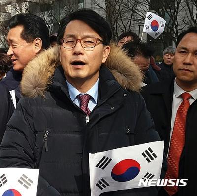 김무성 윤상현. 윤상현 자유한국당 의원이 지난달 16일 오후 대구 중구 동아쇼핑 앞에서 열린 탄핵반대 집회에 참석했다. /자료사진=뉴시스