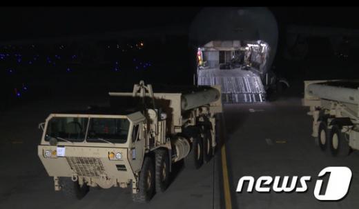 사드 배치. 한미 양국은 오늘(7일) 사드(THAAD·고고도미사일방어체계) 체계 일부가 어제(6일) 한국에 도착했다고 밝혔다. /사진=뉴스1(오산공군기지 유튜브 캡처)