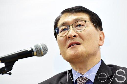[머니S포토] 질의에 답변하는 위성호 신한은행장