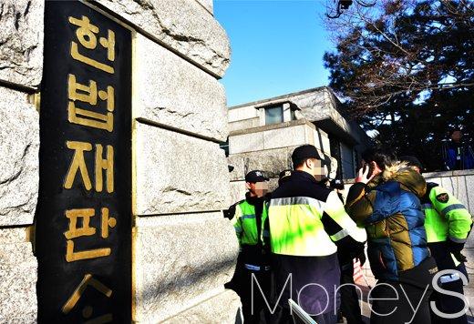 [머니S포토] 탄핵심판 선고일, 검문검색하는 헌법재판소