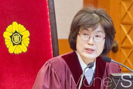 """[박근혜 탄핵심판] 이정미 재판관 """"법치주의는 모두가 지켜가야 할 가치""""(속보)"""