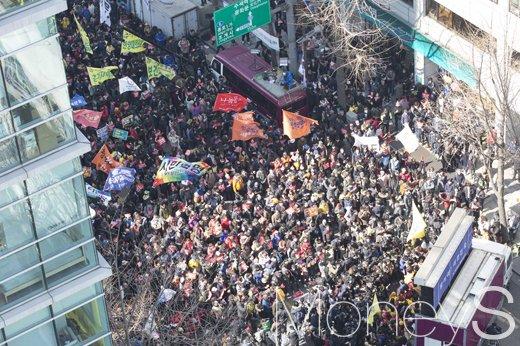 [머니S포토] 만장일치 탄핵, 깃발과 플래카드 흔드는 시민단체