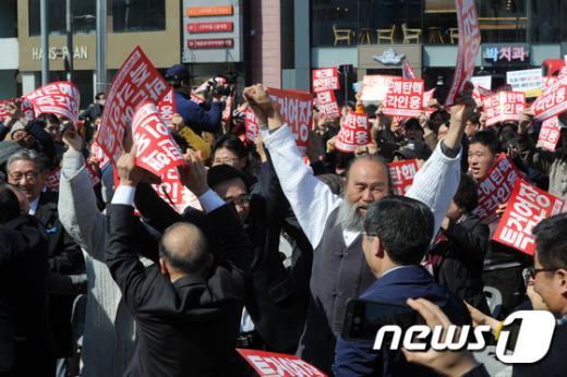 헌재, 대통령 탄핵 인용..광주·전남 곳곳서 환호성