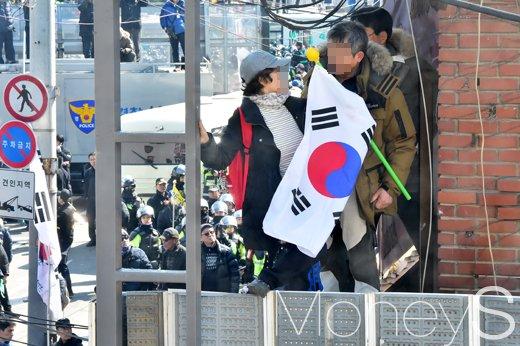 [머니S포토] 경찰차벽 붕괴, 친박단체 헌재 70m 앞까지 접근