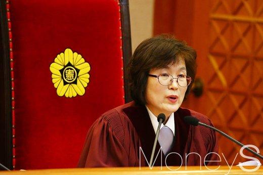 이정미 헌재소장 권한대행이 8:0 재판관 만장일치로 박근혜 대통령 탄핵심판 인용을 공표했다. /사진=사진공동취재단