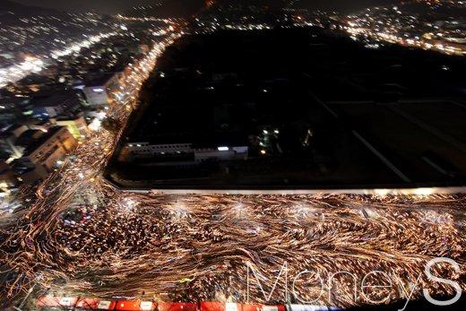 박근혜 탄핵을 촉구하는 촛불집회가 열린 서울 종로구 광화문광장. /사진=사진공동취재단