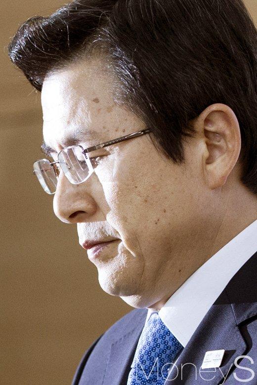 [머니S포토] 박근혜 파면, 근심 가득한 황교안 대통령 권한대행
