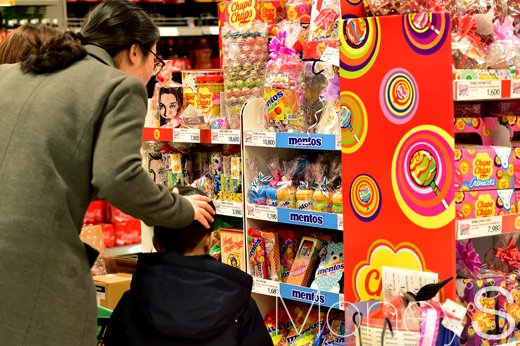 [머니S포토] 3월 14일 화이트데이, 사탕코너에서 발걸음 멈춘 아이와 주부