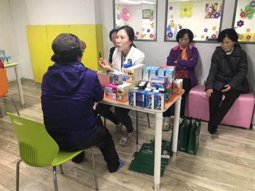 그린스토어가 13일 펼친 성남지역 어르신 영양상담 활동. /사진제공=그린스토어