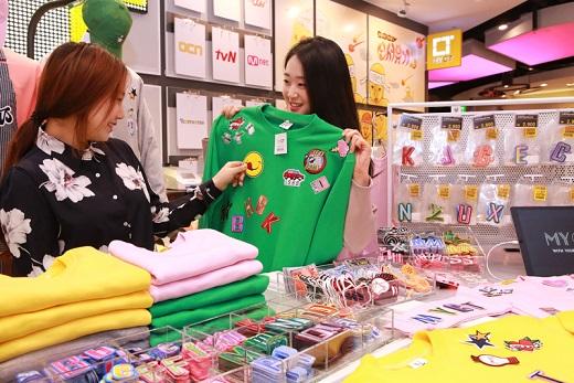서울 현대백화점 신촌점 마이시티 매장에서 고객들이 다양한 디자인 스티커를 이용해 나만의 티셔츠를 만들고있다. /사진=현대백화점