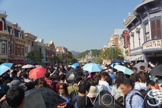 홍콩 디즈니랜드 개장을 기다리는 인파/사진=강인귀 기자