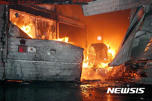 서천 화재. 지난 14일 오후 7시 25분쯤 충남 서천군 종천면 농공단지 내 종이포장재를 제작한 공장에서 화재가 발생했다. /사진=뉴시스(서천소방서 제공)