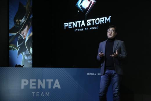 넷마블 한지훈 사업본부장이 신작 '펜타스톰 for Kakao'에 대해 설명하고 있다. /사진제공=넷마블