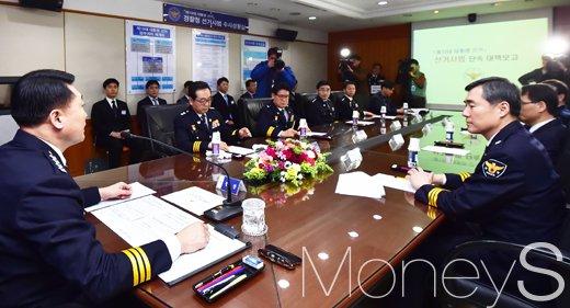 [머니S포토] 선거사범 단속 대책보고 관련 회의 주재하는 이철성 경찰청장