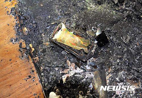 휴대전화 폭발 화재. 15일 오후 6시37분쯤 경기 평택시 근내리 한 다세대주택 1층 A씨 집 방에서 휴대전화를 놓아 둔 매트리스 주변에 화재가 발생했다. /사진=뉴시스(경기도재난안전본부 제공)