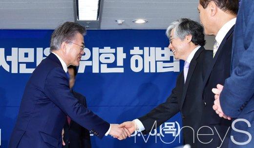 [머니S포토] 대권잠룡 문재인, '비상경제대책단 2차 경제현안 점검회의' 참석