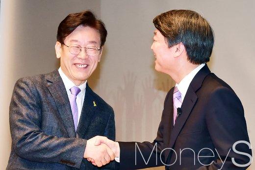 이재명 안철수. 사진 왼쪽부터 이재명 성남시장, 안철수 전 국민의당 공동대표. /사진=임한별 기자