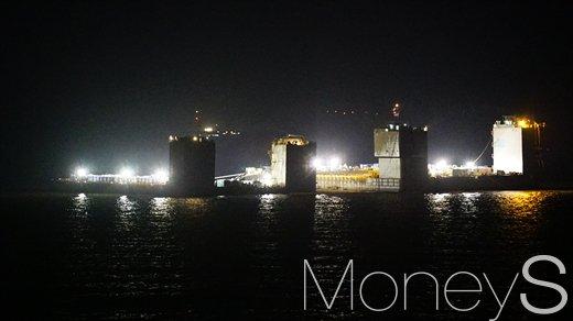 22일 밤 진도 해역에서 세월호 인양작업이 진행되고 있다. /사진=사진공동취재단