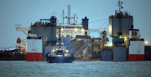 25일 오전 전남 진도군 동거차도 인근 사고해역에서 인양된 세월호가 목포신항으로 이동하기 위해 반잠수선에 들어가 있다. /사진=뉴시스