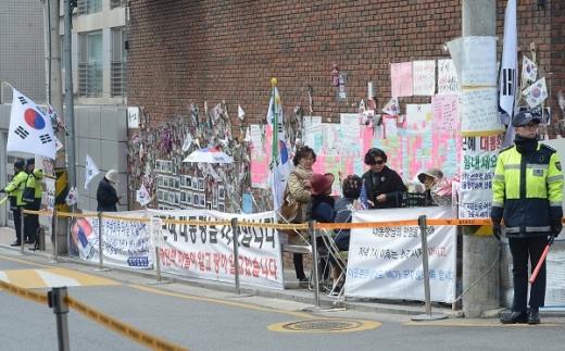 '박근혜 계란'. 지난 24일 오후 서울 강남구 박근혜 전 대통령 자택 앞에서 지지자들이 이야기를 나누고 있다. /사진=뉴시스
