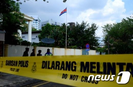 김정남 시신 이송. 지난달 23일 말레이시아 쿠알라룸푸르 북한 대사관 주변에 경찰 통제선이 설치돼 있다. /자료사진=뉴스1
