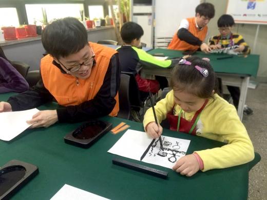 한화투자증권은 지난 24일 서울시 동작구 대방동에 소재한 '디모데 지역아동센터' 아동들에게 전통문화예술 교육을 제공하고 있다. /사진제공=한화투자증권