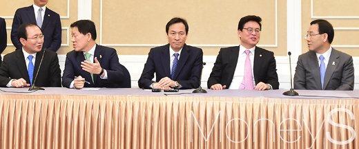 [머니S포토] 현안 논의하는 국회 5당 원내지도부