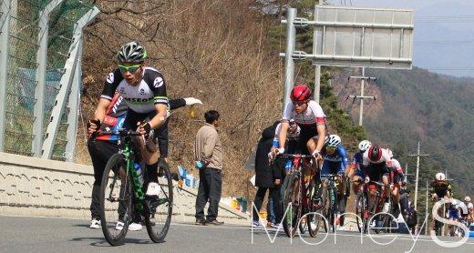 22일 남자 일반부 개인도로 경기를 펼치는 장경구가 선두로 대회 고갯마루를 오르고 있다. /사진=박정웅 기자