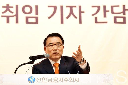 조용병 신한금융 회장이 27일 서울 중구 세종대로 신한은행 본점 대회의실에서 기자들의 질문에 대답하고 있다./사진=임한별 기자