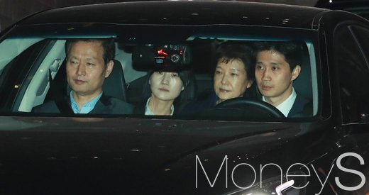 [머니S포토] 검찰 구속 박근혜, '구치소 가는길'