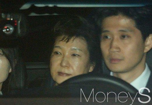 영어의 몸 미결수용자. 박근혜 전 대통령이 31일 오전 구속영장이 발부돼 서울구치소로 이동하고 있다. /사진=사진공동취재단
