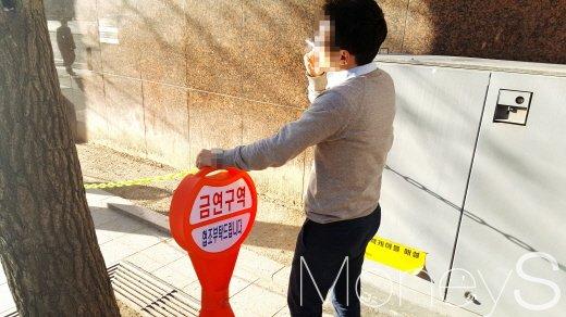 서울 광화문 인근 한 빌딩 금연구역에서 담배를 피우고 있는 직장인. /사진=김창성 기자