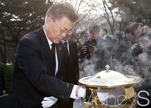 [머니S포토] 대권행보 박차 가하는 문재인, 이승만 무덤 참배