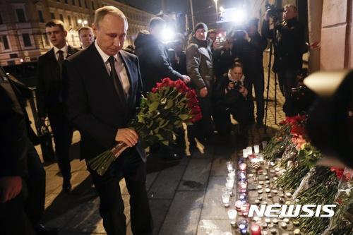 러시아 지하철 자폭 테러. 블라디미르 푸틴 러시아 대통령이 3일(현지시간) 상트페테르부르크의 지하철 폭탄테러 현장에서 희생자들을 추모하기 위해 헌화하고 있다. /사진=뉴시스(AP 제공)