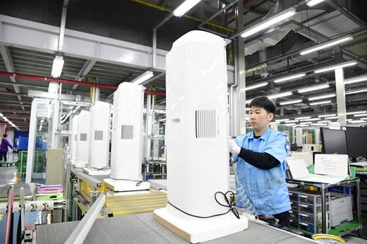 삼성전자 직원들이 광주 오선동에 위치한 삼성전자 광주사업장에서 초미세 공기청정기 '블루스카이'를 생산하고 있다. /사진=삼성전자