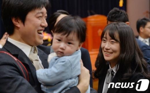 3일 서울 서초구 대법원에서 열린 신임법관 임명식에서 신임 판사(오른쪽)가 가족의 축하를 받으며 웃고 있다. /사진=뉴스1