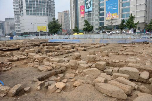 동대문디자인플라자 조성 중 발견된 서울성곽 기저부. /사진=뉴시스 노용헌 기자