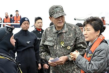 황기철. 황기철 전 해군참모총장(가운데)이 지난 2014년 5월 전남 진도군 세월호 사고 현장에서 박근혜 전 대통령(오른쪽)에게 보고를 하고 있다. /자료사진=뉴시스