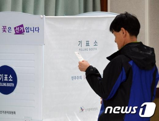 재보궐선거. 4·12 재보궐선거일인 12일 경기도 하남시 미사2동 행정복지센터에 마련된 투표소에서 유권자가 투표를 하기 위해 기표소로 들어가고 있다. /사진=뉴스1