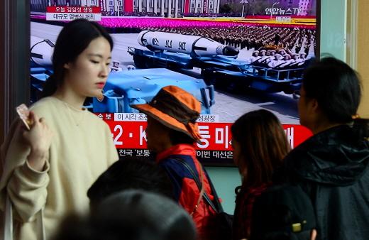시민들이 서울역 대합실 TV를 통해 보도된 북한 태양절 열병식을 보고 있다. /사진=뉴스1 DB